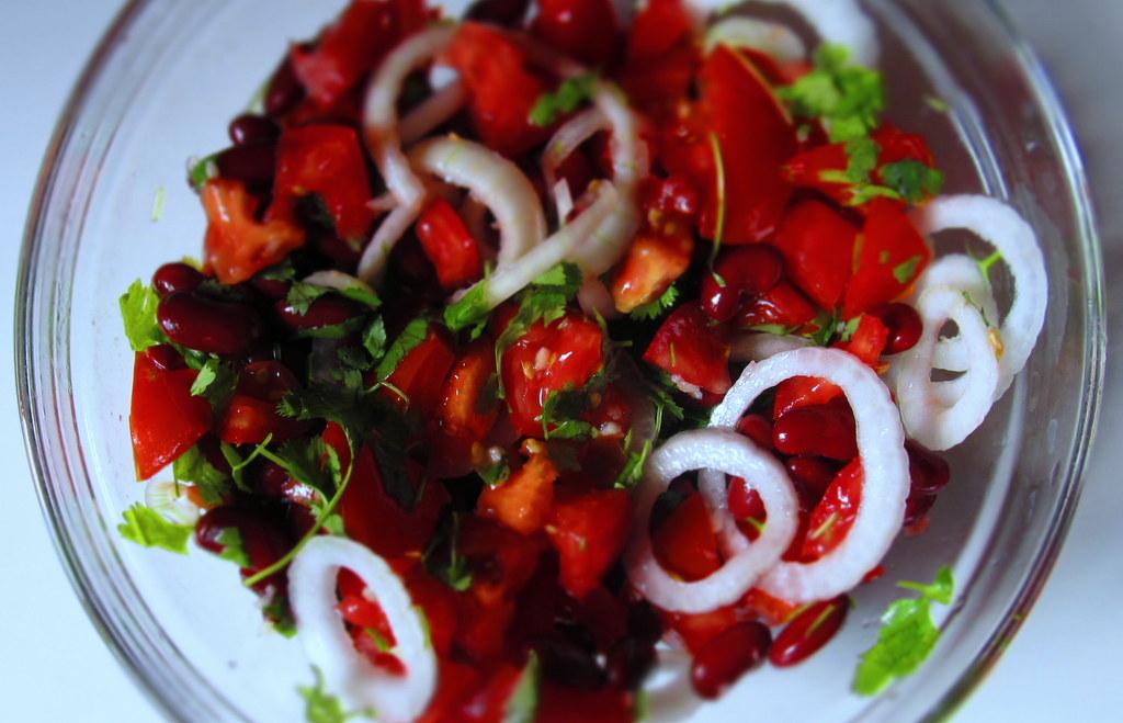 Sałatka z czerwoną fasolą, pomidorami i kolendrą